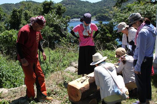 ワークショップ「みんなで創る牡鹿ビレッジ」の模様。地元の人や、震災後に石巻でボランティア活動に取り組んでいた人たちと、全国から集まったお客さんが、共同作業をする