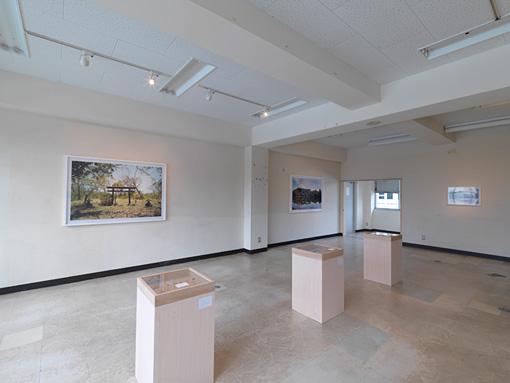 下道基行《シリーズ「torii」(テニアン、アメリカ/花蓮、台湾/シンガポール/サイパン、アメリカ/台中、台湾/台中、台湾/サハリン、ロシア)》2006-2012 / Courtesy of the artist / © Okayama Art Summit 2016 / Photo:Yasushi Ichikawa