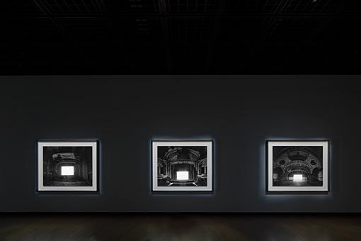 杉本博司『廃墟劇場』2015年(展示風景) ©Sugimoto Studio
