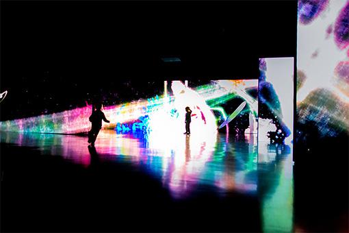 チームラボ『追われるカラス、追うカラスも追われるカラス、そして分割された視点―Light in Dark』2014年、展示風景:日本科学未来館 ※参考作品