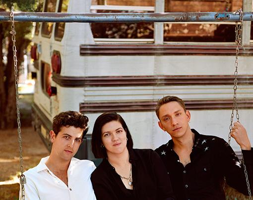 左から:ジェイミー・スミス、ロミー・マドリー・クロフト、オリヴァー・シム Photo by Alasdair McLellan
