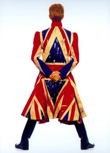 『Earthling』(1997年)のジャケットに使用された写真。着用している衣装はアレキサンダー・マックイーンのデザインによる / ©Frank W Ockenfels 3