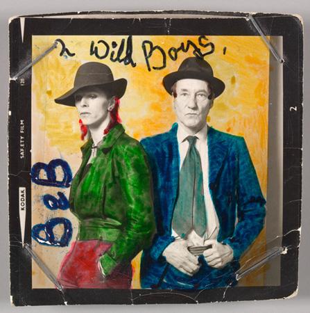 アメリカの小説家ウィリアム・バロウズとデヴィッド・ボウイ / Photo by Terry O'Neill with colour by David Bowie, Courtesy of The David Bowie Archive, Image ©Victoria and Albert Museum