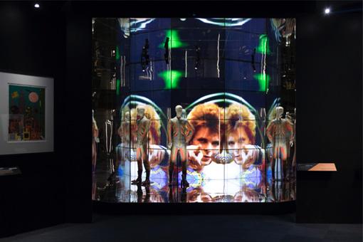 """1972年に『Top of the Pops』(BBC)に出演した際の映像が流れる""""Starman""""のブース。ジギーは、<誰かに電話をかけなきゃいけなくて、君を選んだ>と歌い、テレビ画面越しにこちらを指差している / Photo by Shintaro Yamanaka(Qsyum!)"""