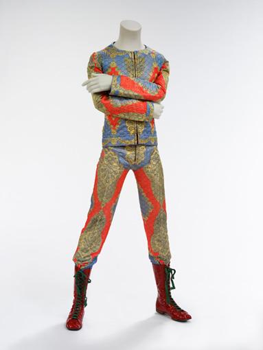 『ジギー・スターダスト』のツアー衣装で、1972年に『Top of the Pops』に出演した際も着用している。衣装デザインはフレディ・バレッティ / 「Quilted two-piece suit」Courtesy of The David Bowie Archive ©Victoria and Albert Museum