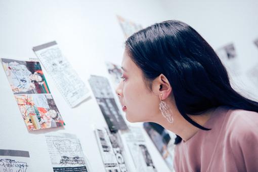 新宿眼科画廊での展示を眺める前田エマ