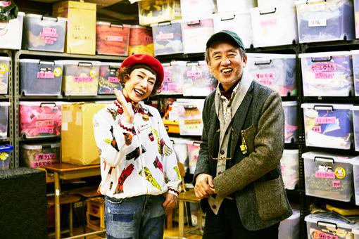 左から:久本雅美、喰始。WAHAHA本舗歴代の衣装が所狭しと並ぶ稽古場にて撮影