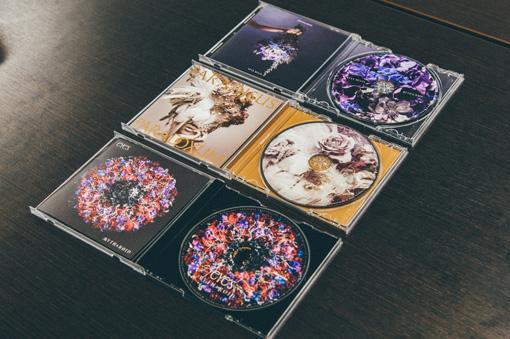 上から:3rdシングル『STYX HELIX』、4thシングル『Paradisus-Paradoxum』、1stアルバム『eYe's』。すべてアートワークを2BOYが、ミュージックビデオを大河が手がけている