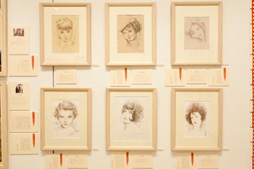 展示の2つ目のパート「青春時代の憧れ、ヒロインへの恋文」の展示の様子。映画ポスター界の第一人者・野口久光のデッサンによる女優たちの似顔絵と、文豪の恋文が並ぶ