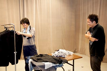 入江の服を選ぶ伊賀