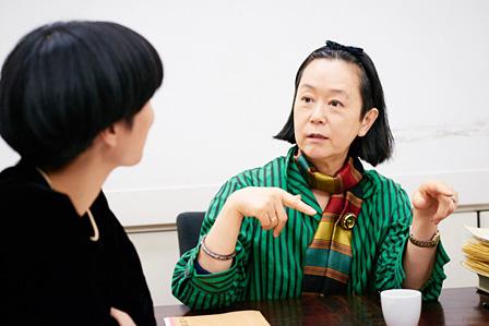 左手前:三島有紀子、右:伊藤佐智子