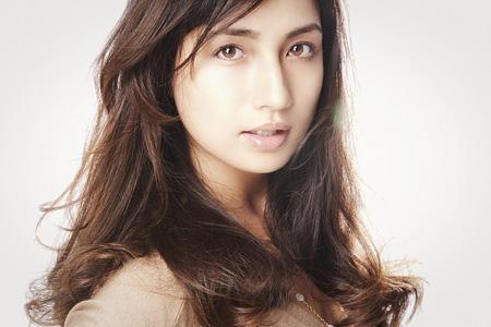 ゆる巻きスタイルの色っぽい表情をしている佐田真由美の画像