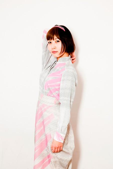 世武裕子 世武裕子の新作は、映画『だいじょうぶ3組』サントラ&歌に焦点あてるミニ盤の2枚組 -