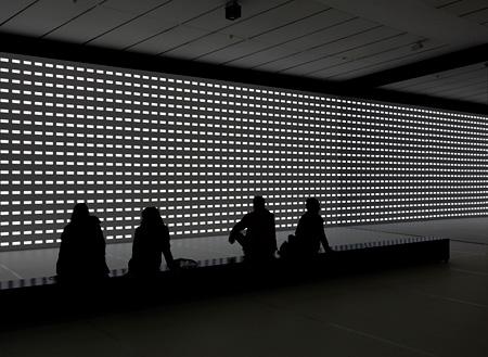 カールステン・ニコライ 参考作品 『unidisplay』 2012 Museum für Modern Kunst Frankfurt am Main (MMK) での展示風景 Photo: Axel Schneider, Courtesy of Galerie EIGEN+ART Leipzig/Berlin and The Pace  Gallery