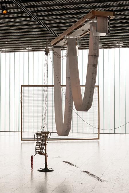 毛利悠子 参考作品 『I/O(アイ・オー)』 2011-2013 せんだいメディアテークでの展示風景 Photo: Sendai Mediatheque