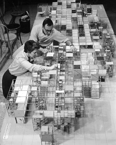 「アメリカ博覧会」の展示模型『ジャングルジム』とネルソン・オフィスのスタッフ モスクワ 1959 Photo: Vitra Design Museum Archiv
