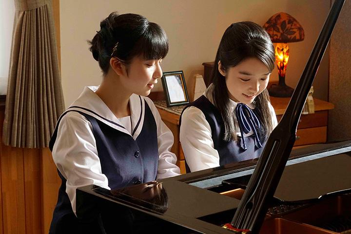 ピアノを弾く上白石萌歌