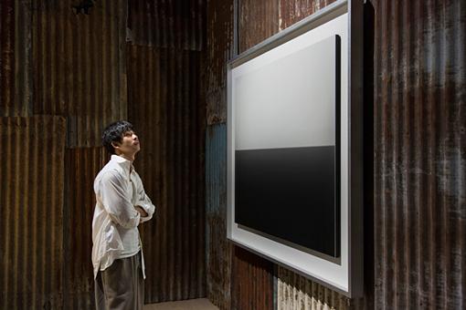 吸い込まれるように作品をじっと見つめる太賀さん。「何時間でも観ていられそう。静かなのにドラマを感じます」