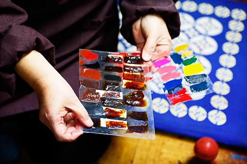 漆は一つひとつ異なるため、事前にガラス板に塗って色の変化を確かめてから使う