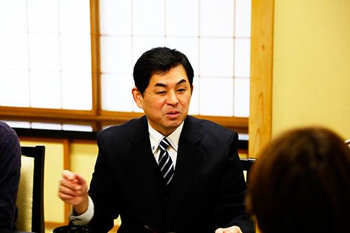村上堆朱事業協同組合の小杉和也さんが今回の案内役