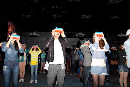 VRを体験する観客 撮影:三野新