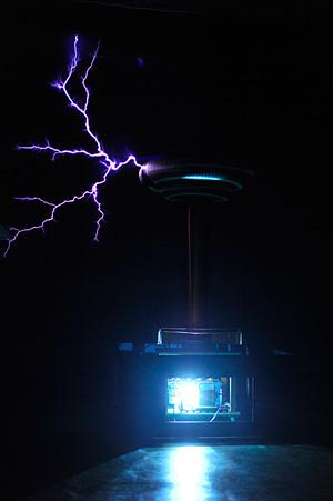高電圧で稲妻を発生させる装置