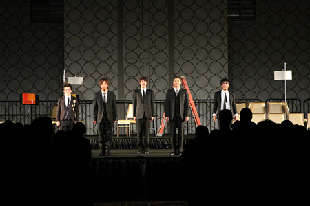 D級アイドルの死を巡る密室劇『キサラギ』舞台レポート