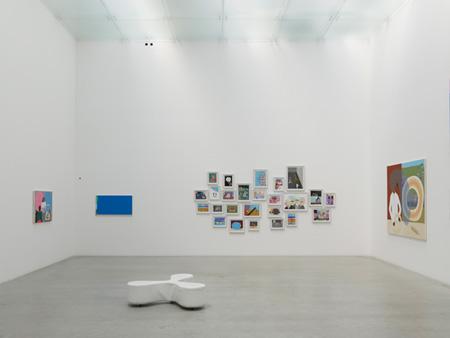 『ピーター・マクドナルド:訪問者 - サロン』 展示風景 金沢21世紀美術館 撮影:渡邊修