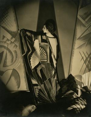 『アール・デコふうの大判スカーフをまとうタマリス』1925年 ゼラチン・シルバー・プリント ©1925 Condé Nast Publications