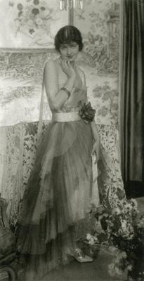 『キャロ姉妹のドレスを着た女優ドリス・ケニヨン』1923年 ゼラチン・シルバー・プリント ©1923 Condé Nast Publications