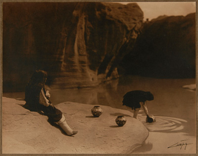 『アコマ族の古い泉にて』