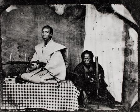 撮影者不詳 武士と従者 1871-1880年頃 (写真一〇〇年展複写パネルより) 日本大学藝術学部