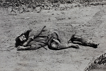 撮影者不詳 アイヌ 1871-1880年頃 (写真一〇〇年展複写パネルより) 日本大学藝術学部
