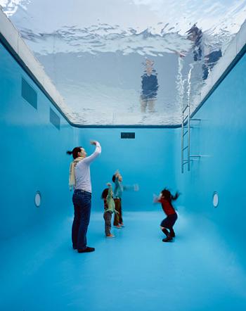 『スイミング・プール』2004 ©Leandro Erlich Studio photo: Atsushi NAKAMICHI / Nacása & Partners