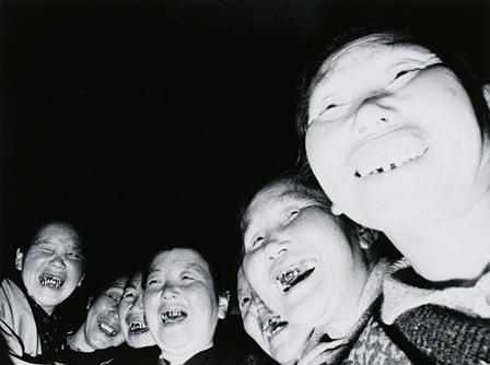 内藤正敏『婆バクハツ!』お籠りする老婆、青森県高山稲荷 1969年