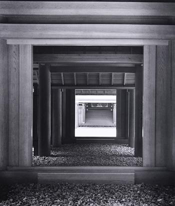 渡辺義雄『伊勢神宮』内玉垣南御門から蕃塀、瑞垣南御門を通して内宮正殿木階をみる 1953年