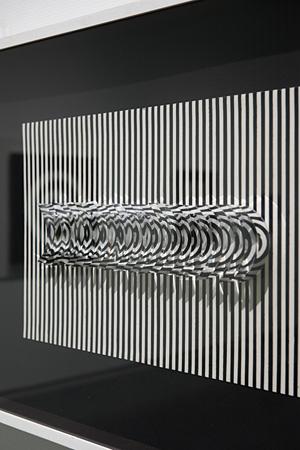 ジュリオ・ル・パルク『観客の移動による仮想の形態』1969年 ミクストメディア(布地、着色した薄紙、ロードイド)、板