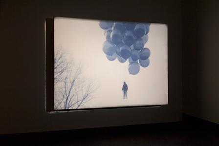 フィオナ・タン『リフト』2000年 フィルム、ビデオインスタレーション 東京都写真美術館蔵