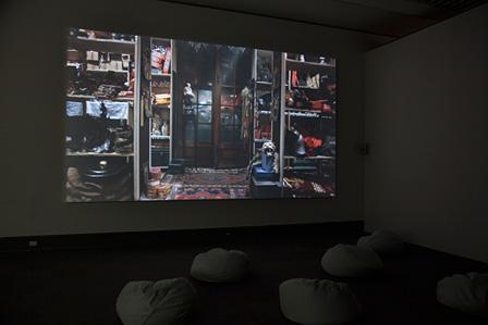 フィオナ・タン『ディスオリエント』2009年 HD、ビデオインスタレーション