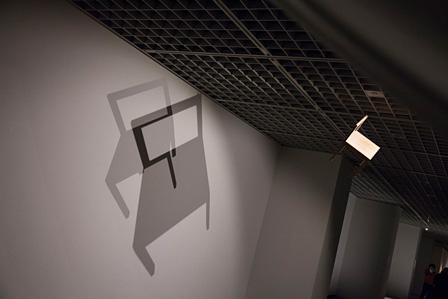 「影ラボ」で吊られた椅子