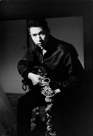 『紐』を制作中の高松次郎 1963年頃 ©The Estate of Jiro Takamatsu, Courtesy of Yumiko Chiba Associates