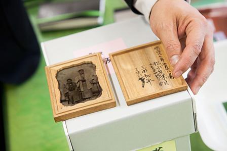 三井学芸員の曾祖父が写る、明治時代の「ガラス写真」