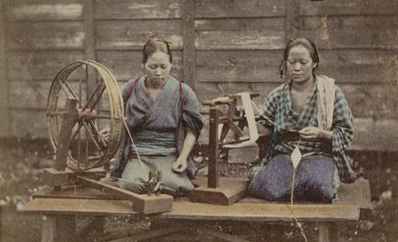 下岡蓮杖『(糸つむぎ)』鶏卵紙に手彩色 1863-1876年頃 東京都写真美術館蔵