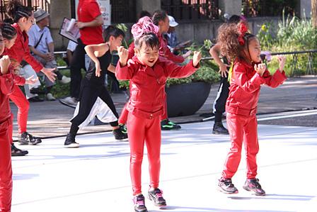 日本大通りで踊るキッズダンサーたち