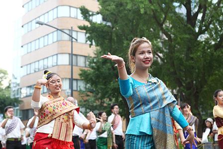 日本大通りで行なわれた、ラオスの民族舞踊パレード