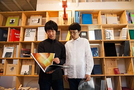 左から:伊藤貴弘(東京都写真美術館学芸員)、井手健介
