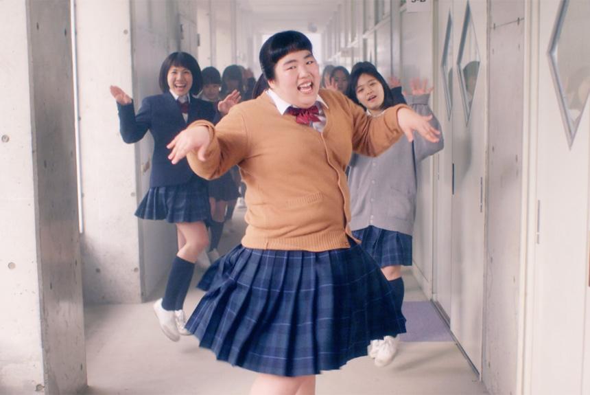 制服で踊っているゆりやんレトリィバァ