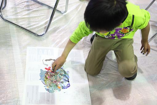 絵の具でマーブル模様のドローイングを描き、ガラス玉を転がして仕上げる Photo:Yukiko Koshima