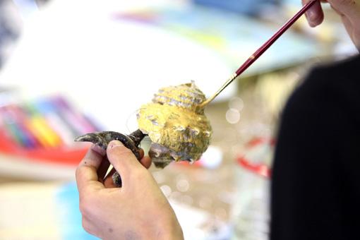 大きな貝殻をカタツムリの殻に見立てて彫刻を創作 Photo:Yukiko Koshima