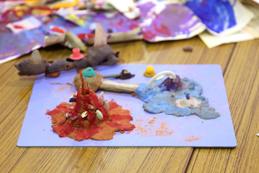 ワークショップを通して自由な想像力からできあがった子供たちの作品 Photo:Yukiko Koshima